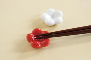 【和食器通販 金照堂】 京千 紅白梅 箸置セット(化粧箱入り)